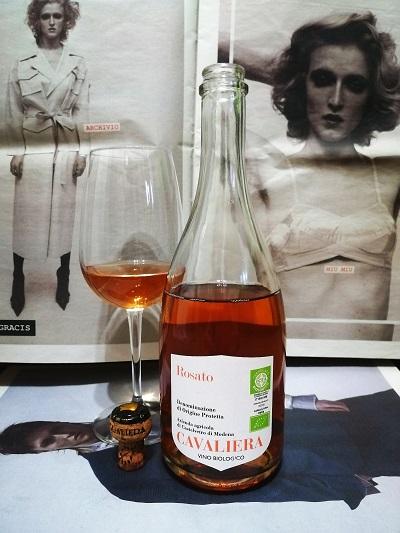 Bottiglia di lambrusco Cavaliera rosato con calice vicino